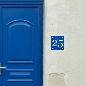 Plaque numéro de rue en plexiglas gravé - plexiglas bleu, gravure blanche