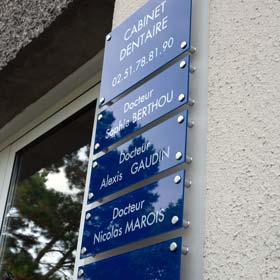 Tableau multi-plaques de cabinet dentaire, fond plexiglas dépoli, plaques plexiglas bleu