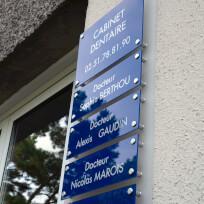 Tableau muti-plaques, plaques plexi bleues sur fond depoli