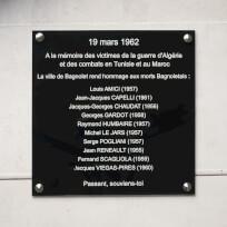 Plaque commémorative en plexiglas noir, gravure blanche.