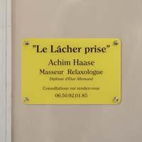 Plaque professionnelle plexiglas fond jaune gravée noire, format 30 x 20 cm