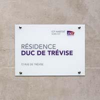Plaque résidence avec logo - impression sur plaque plexiglas fond blanc