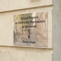 Plaque pharmacie en laiton poli miroir, gravure noire en creux traditionnelle
