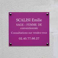 Plaque professionnelle sage femme en plexiglas avec impression quadri en rose et blanc