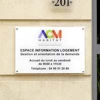 Plaque agence immobilière en plexiglas avec impression quadri texte et logo sur fond blanc