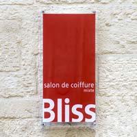 Plaque salon de choiffure en plexiglas avec impression quadri, fond rouge et bords transparents