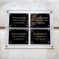 Tableau multi-plaques de cabinet médical, fond dépoli, plaques noires gravées or