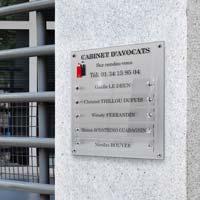 Support multi-plaques cabinet avocats, Fond argent marqué bicolore, plaques transparentes