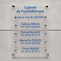 Support Multi-Plaques pour cabinet libéral - exemple de tableau multi-plaques psychologue avec fond en plexiglas dépoli et plaques en plexiglas transparent et lettres bleues