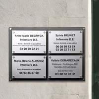Tableau multi-plaques cabinet paramédical en plexiglas - fond gris anthracite, plaques professionnelles argent gravées en noir, fixations par entretoises