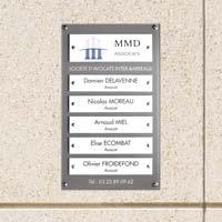 Panneau multi-plaques cabinet d'avocats - fond en plexiglas gris foncé, plaques en plexiglas blanc