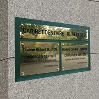 Tableau multi-plaques de cabinet dentaire - Fond en plexiglas vert, plaques en laiton massif gravé noir