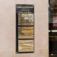 Support cabinet infirmier - Fond en plexiglas noir gravé or, plaques en laiton massif