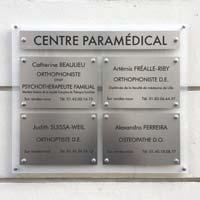 Tableau multi-plaques de cabinet médical et paramédical - fond en plexiglas dépoli et plaques en aluminium gravées en noir