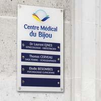 Panneau multi-plaques cabinet médical - Fond plexiglas blanc imprimé, plaques en plexiglas bleu gravé blanc