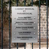 Tableau multi-plaques cabinet medical et paramédical - fond en plexiglas argent et plaques en transparent avec lettres noires