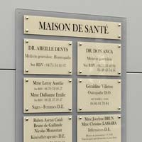 Panneau Multi-plaques cabinet médical et maison de santé - fond en plexiglas gris et plaques en plexiglas beige amande gravé en noir