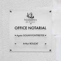 Support multi-plaques office notarial - fond en plexiglas dépoli et plaques en plexiglas transparent