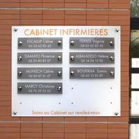 Panneau multi-plaques de cabinet infirmier en plexiglas - fond blanc gravé en orange, plaquettes grises avec gravure blanche