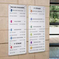 Tableaux multi-plaques maison de santé, Fond en plexiglas argent, plaquettes incolores avec marquage couleur